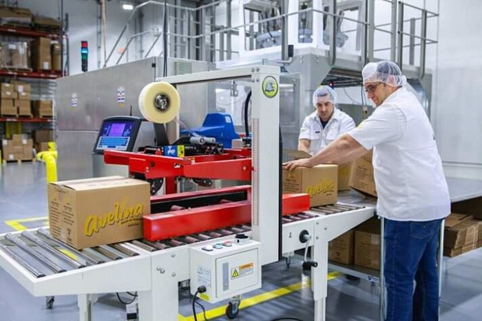 mauro-libi-crestani-supervising-the-production-helps-perfect-product-quality
